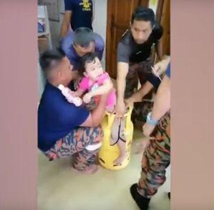 مساعي لتحرير طفلة حشرت في أسطوانة غاز