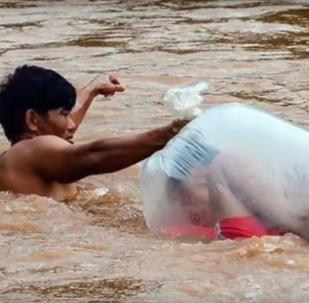 نقل الأطفال في أكياس بلاستيكية في فيتنام الى المدارس