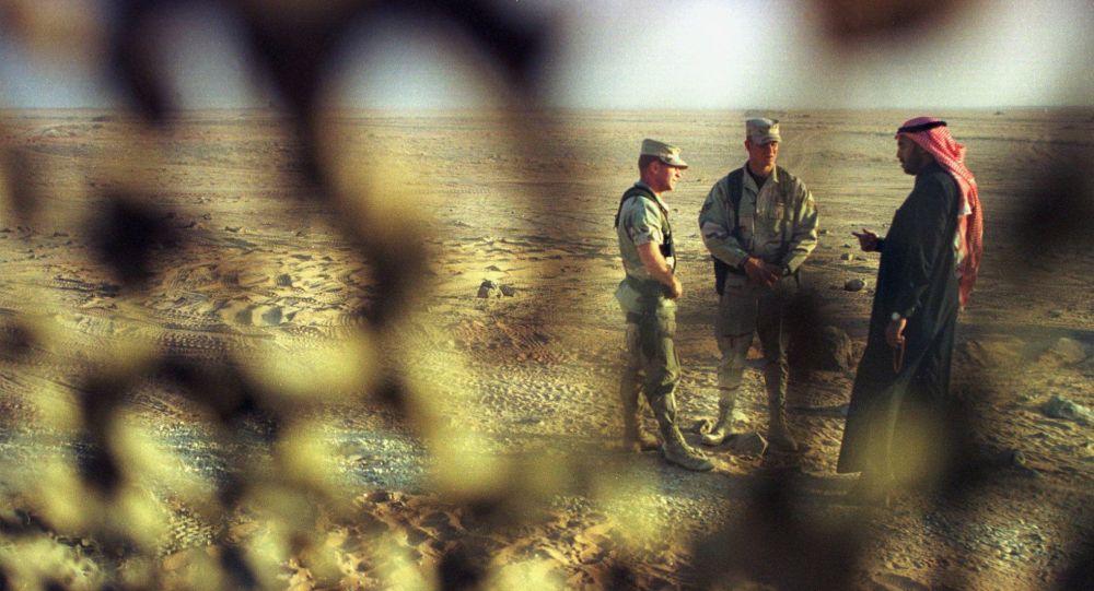 جنود أمريكيون يتحدثون مع مسؤول سعودي سابق في قاعدة الأمير سلطان الجوية
