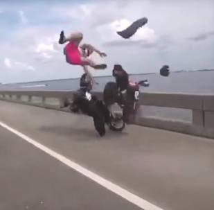 سائق دراجة نارية يطير في الهواء على إثر حادث سير