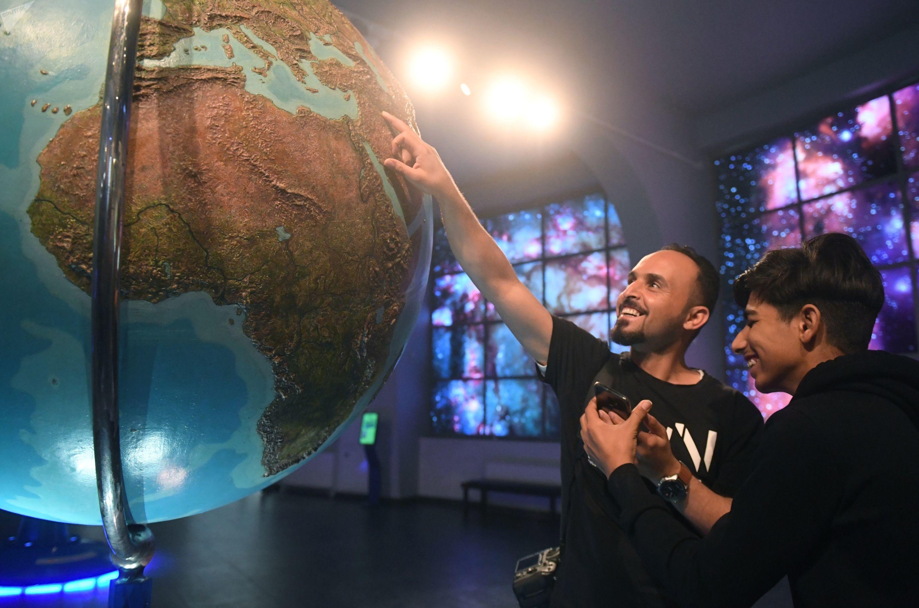 العراقي قاسم الكاظمي في متحف بلانيتاريوم في موسكو