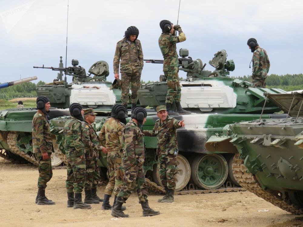 سباق بياتلون الدبابات 2-19 - طاقم الدبابات من سوريا في حقل ألابينو بضواحي موسكو