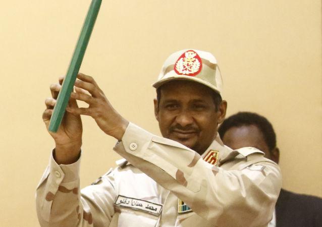 نائب رئيس المجلس العسكري الانتقالي، الفريق أول محمد حمدان دلقو حميدتي، يوقع على الاتفاق السياسي