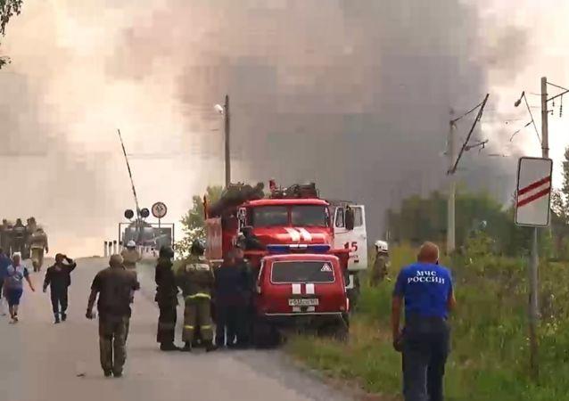 الحريق في مستودع لذخائر المدفعية في مدينة أتشينسك