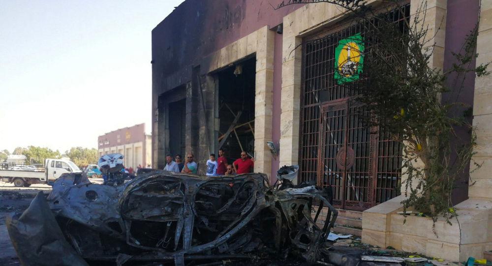 أشخاص يتجمعون في الموقع الذي انفجرت فيه سيارة مفخخة في بنغازي