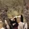 شاهد رد فعل رجل أمن سعودي حاولت حاجة إهداؤه مبلغا ماليا