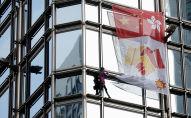 ألان روبير يرفع راية مصالحة من على ناطحة سحاب في هونغ كونغ، 16 أغسطس/آب 2019