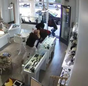 صاحب متجر مجوهرات يصد هجوم لصوص ويستولي على أمتعتهم