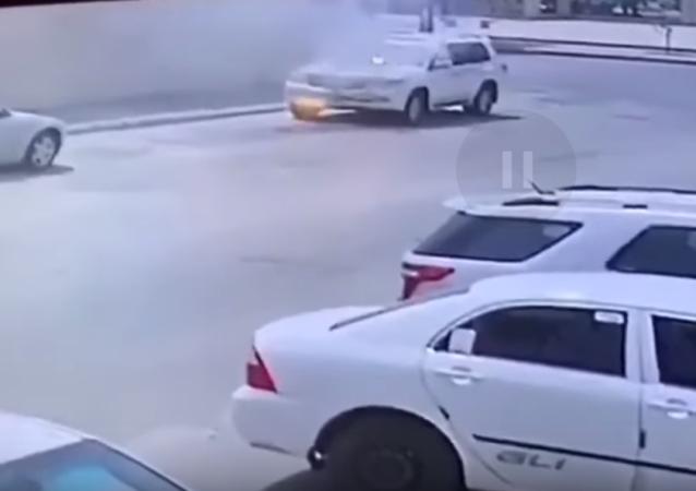 احتراق سيارة لأسباب مجهولة أثناء توقفها