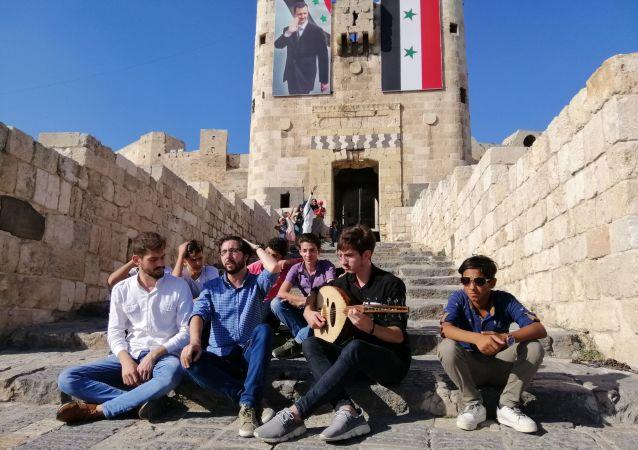 شبان ينشدون القدود والموشحات في شوارع حلب