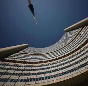راية تحمل شعار الوكالة الدولية للطاقة الذرية تحلق في منتصف الصاري في مقر الأمم المتحدة في فيينا