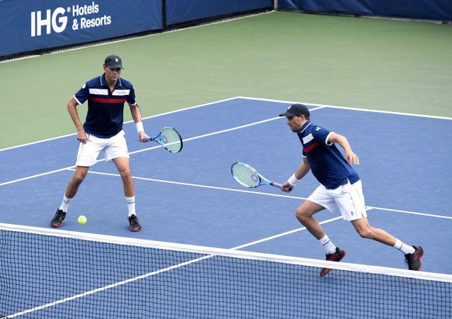 مايك براين وبوب براين خلال إحدى المباريات