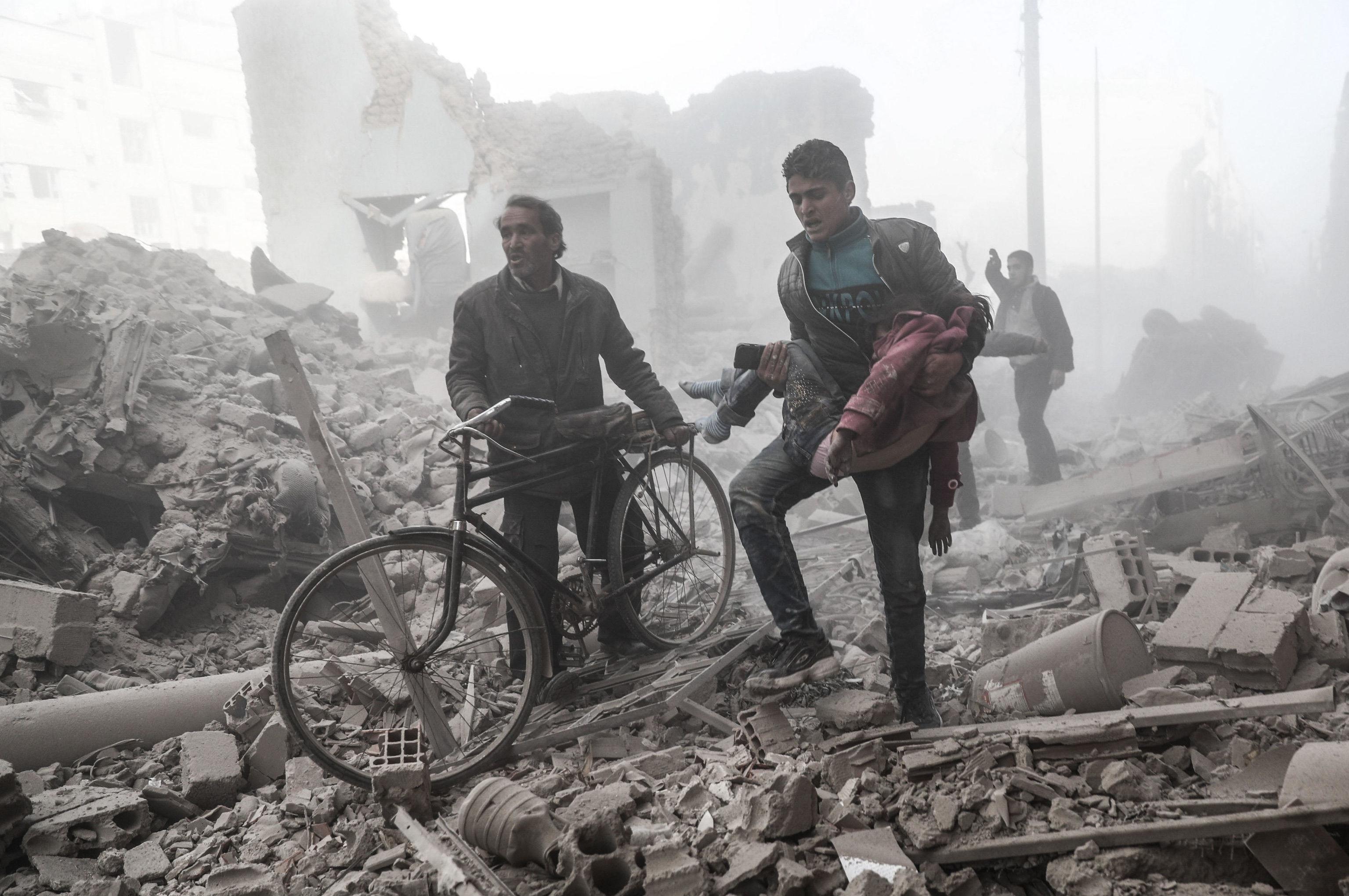 المركز الأول في فئة الأخبار الرئيسية، كان من نصيب العمل المميز للمصور الفرنسي، سوري الأصل، سمير الدومي بعنوان من صراع إلى آخر