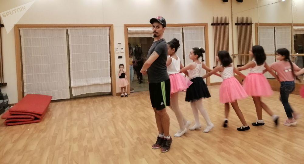 مهندس سوري يحترف الرقص وينقل خبراته لمئات الفتيات