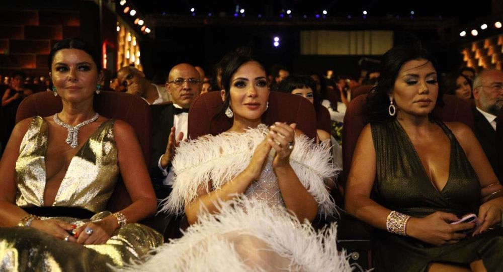 الممثلتان المصريتان رانيا يوسف ومنى زكي في حفل افتتاح مهرجان الجونة السينمائي الثالث، الجونة، الغردقة، 19 سبتمبر/أيلول 2019