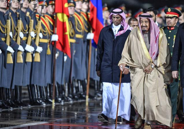اللواء عبد العزيز بن بداح الفغم المطيري يسير خلف الملك سلمان بن عبد العزيز خلال زيارة إلى موسكو، أكتوبر/تشرين الأول 2017
