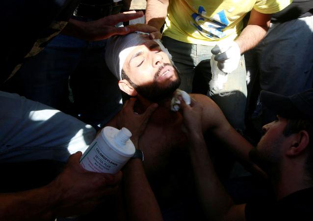 أشخاص يساعدون متظاهرا مصابا في مظاهرة أثناء حظر التجوال في بغداد، بعد 3 أيام من تحول الاحتجاجات المناهضة للحكومة إلى أعمال عنف، 4 أكتوبر/تشرين الأول 2019