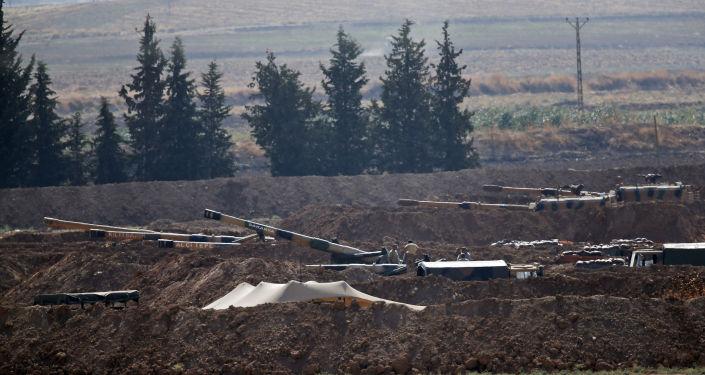 مدافع الجيش التركي على الحدود السورية التركية، بالقرب من بلدة أكاكالي الجنوبية الشرقية في مقاطعة سانليورفا، تركيا، 8 أكتوبر 2019