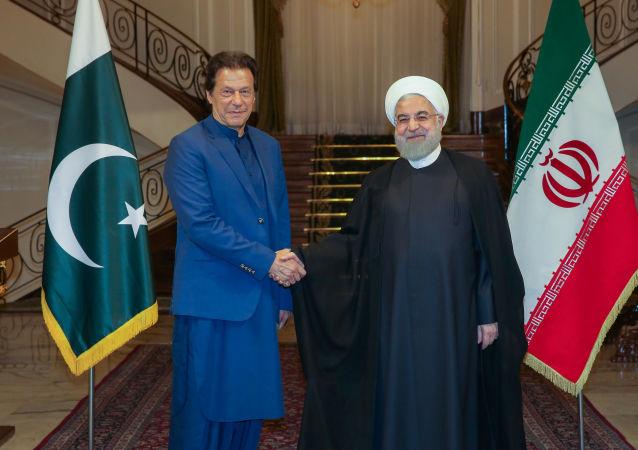 الرئيس الإيراني حسن روحاني ورئيس الوزراء الباكستاني عمران خان في طهران