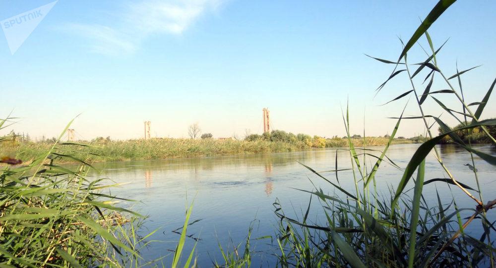 جسر ميداني يربط ضفتي الفرات بإشراف فرق هندسية روسية وسورية