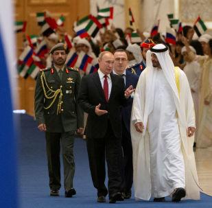 الرئيس الروسي فلاديمير بوتين ولي عهد الإمارة، ونائب القائد الأعلى للقوات المسلحة الإماراتية، الشيخ محمد بن زايد آل نهيان في الإمارات العربية المتحدة، 15 أكتوبر 2019