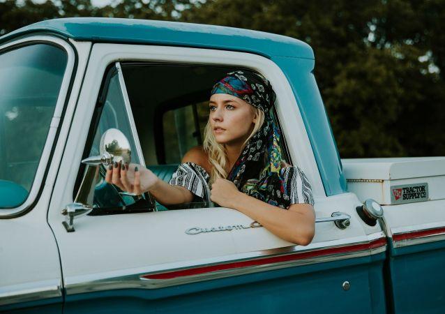 إمرأة تقود سيارة