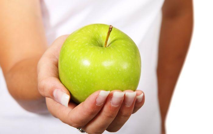 فوائد مذهلة لتناول التفاح الأخضر على الريق