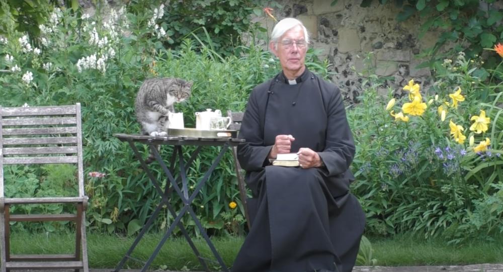 قط يقاطع بثا مباشرا لخدمة الكنيسة رغبة في الحصول على طعامه المفضل… فيديو