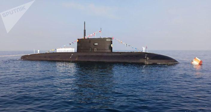 وزير الدفاع الروسي يتفقد البنى التحتية الخاصة ببناء الغواصات… صور