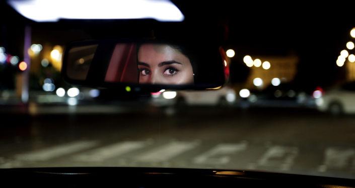 """المعارضون يستشهدون بابن باز... تباين في الشارع السعودي بشأن تولي المرأة منصب """"القاضي"""""""