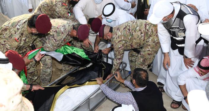 مشهد فوق قبر أمير الكويت يثير تفاعلا واسعا في الخليج... فيديو