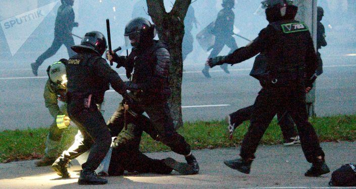 """شرطة مينسك تطلق سراح مراسلة """"سبوتنيك"""" وصحفيين روس آخرين"""