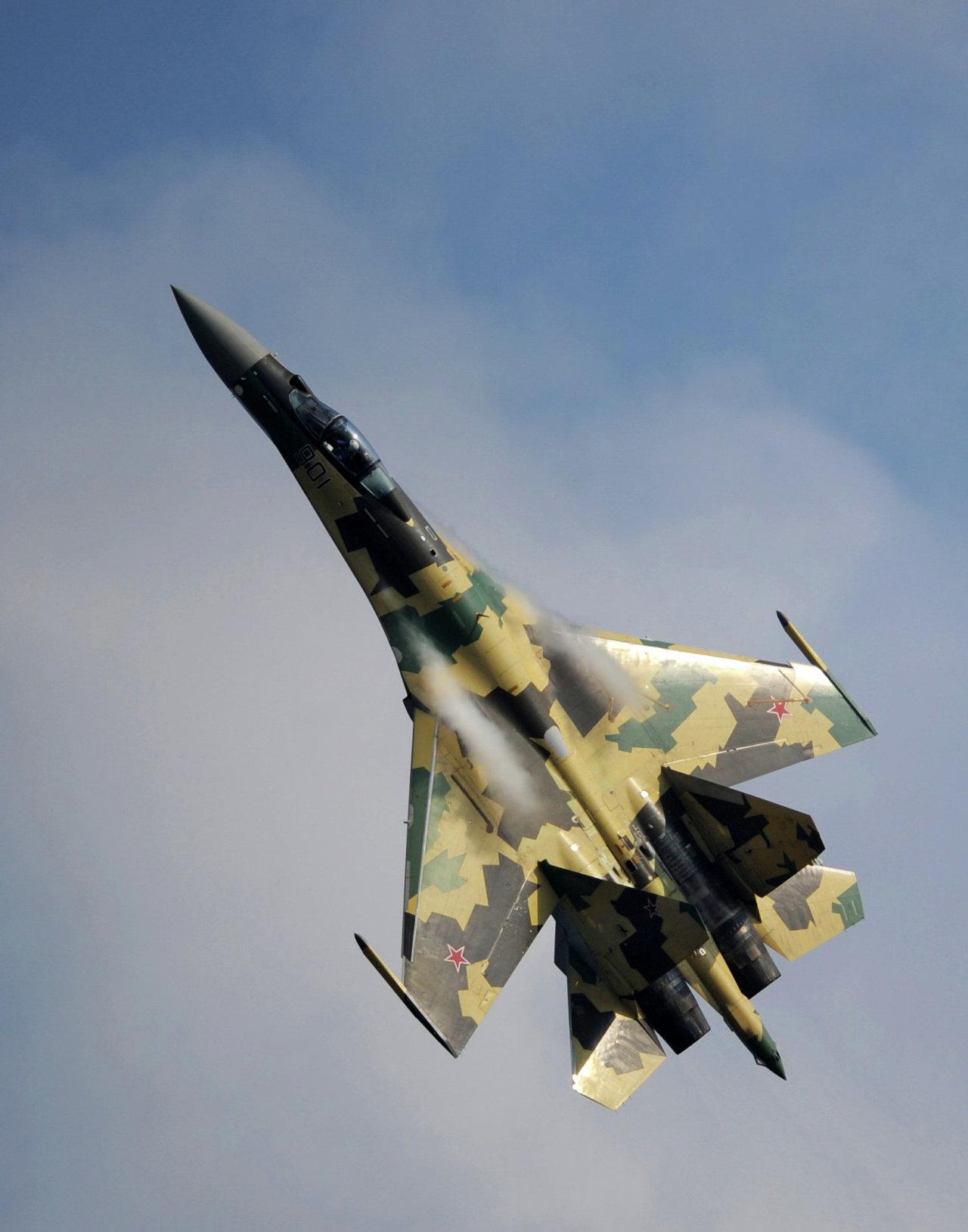 المقاتلة الروسية الحديثة سو - 35 .