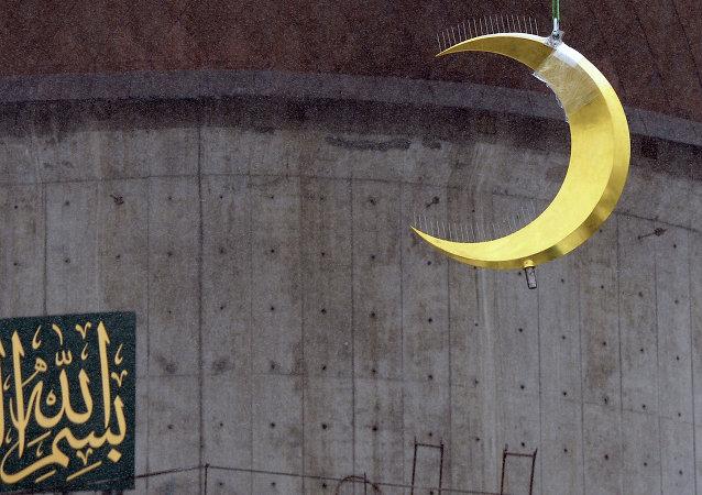 تركيب الهلال على مئذنة جامع موسكو