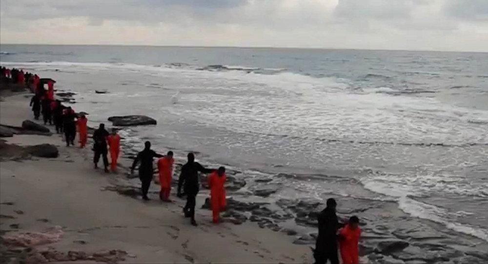 داعش يعدم 21 قبطيا مصريا