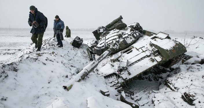 دبابة أوكرانية مدمرة قرب مدينة ديبالتسيفو