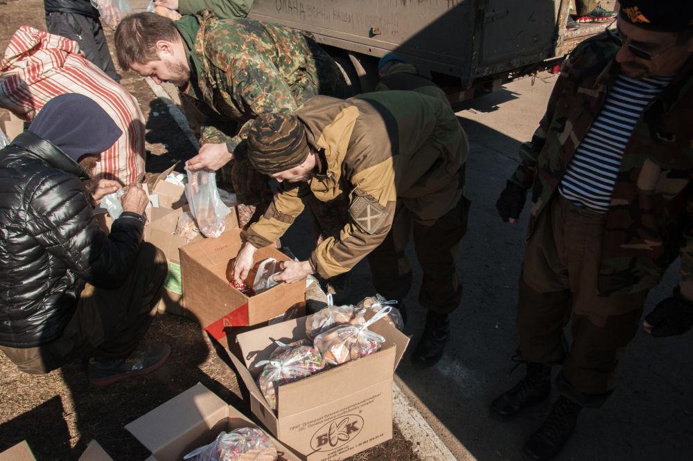 القوات الشعبية في جمهورية دونيتسك تقوم بتوزيع المساعدات الإنسانية لسكان دبالتسيفو