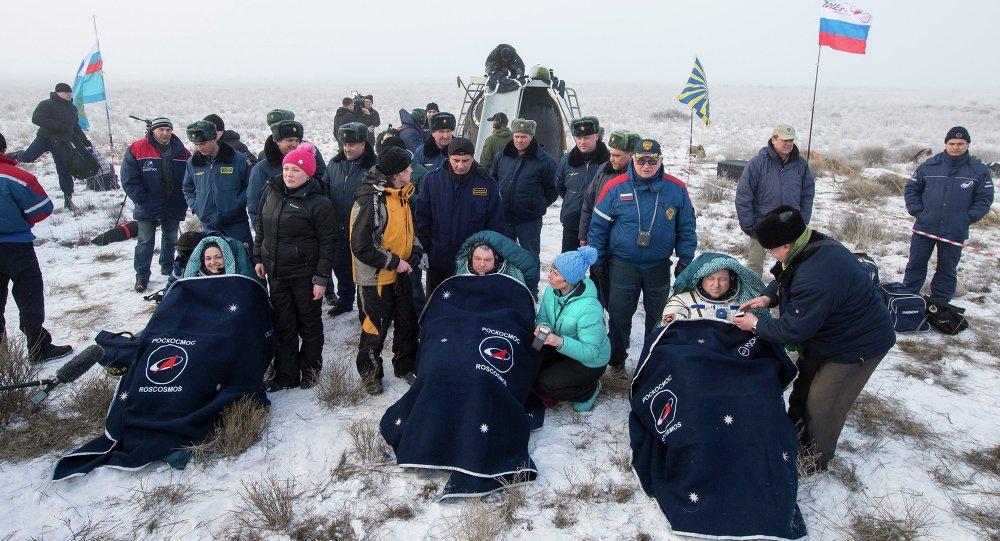 رائدة الفضاء الروسية يلينا سيروفا تعود إلى الأرض