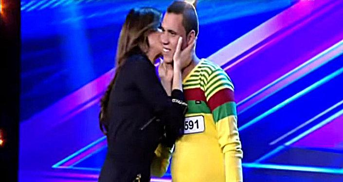 المطربة إليسا تُقبل متسابقا مصريا طلبها للزواج