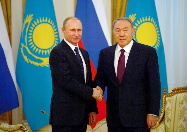 فلاديمير بوتين رئيس روسيا، ونور سلطان نزاربايف رئيس كازاخستان