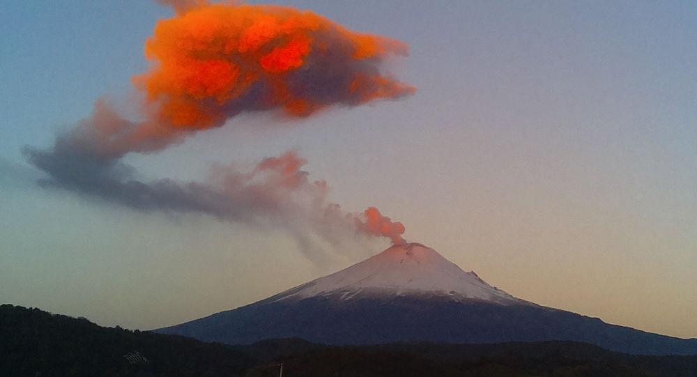 الدخان والرماد يتصاعد من فوهة بركان بوبوكاتيبيتل  في بلدة سان نيكولاس دي لوس رانتشوس، المكسيك