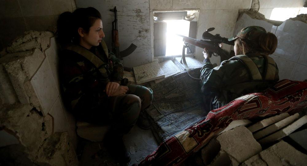 قناصة سورية تطلق النار على المتمردين  من مخبئها