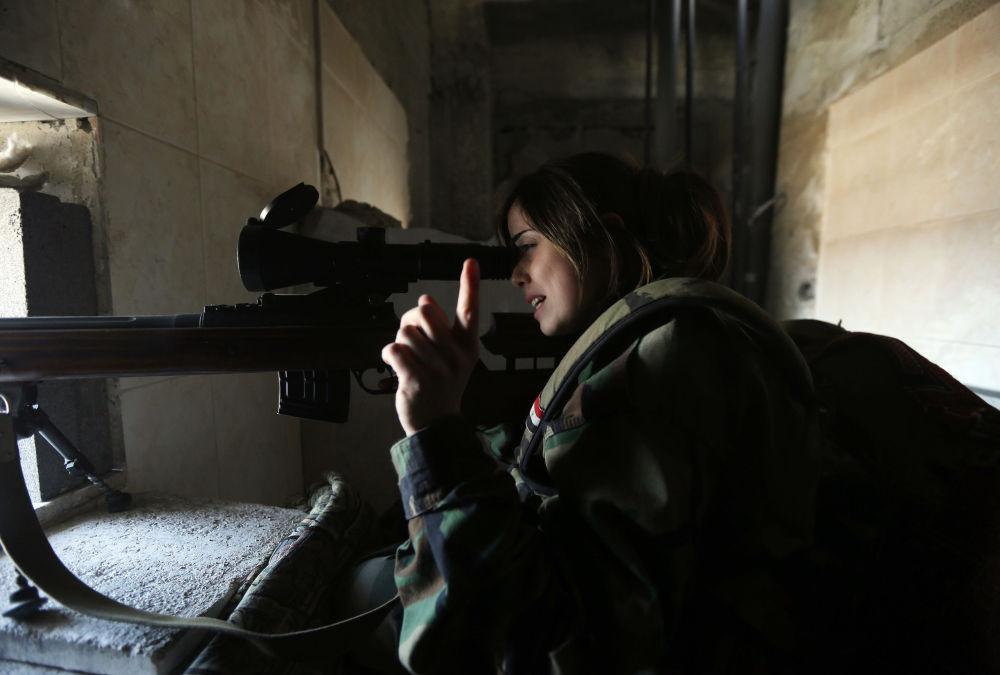 قناصة سورية من الحرس الجمهوري تطلق النار من المخبأ