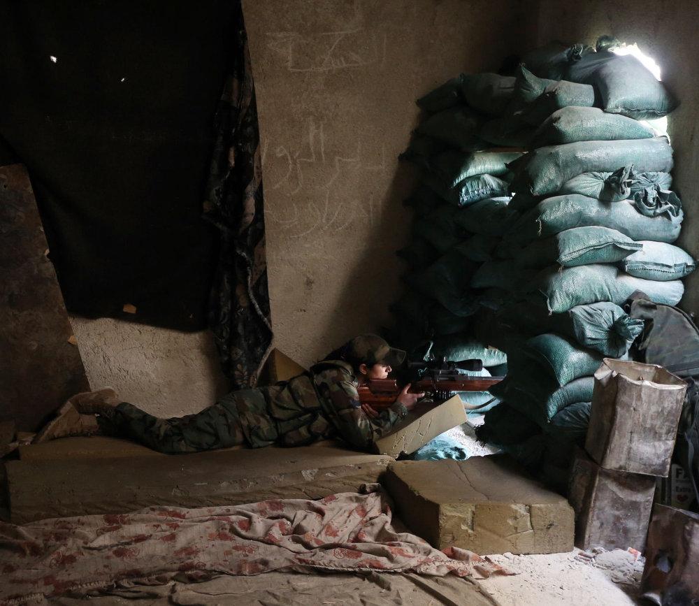 قناصة من الحرس الجمهوري السوري  تطلق النار من مخبئها