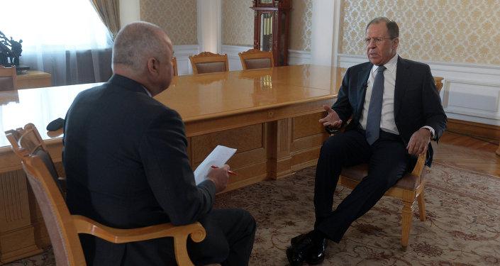 وزير الخارجية الروسي سيرغي لافروف يتحدث لمدير عام وكالة أنباء روسيا سيغودنيا، دميتري كيسيلوف