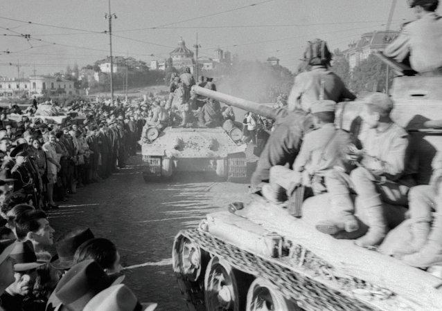 قوات سوفيتية تحرر العاصمة الرومانية بوخارست خلال الحرب العالمية الثانية