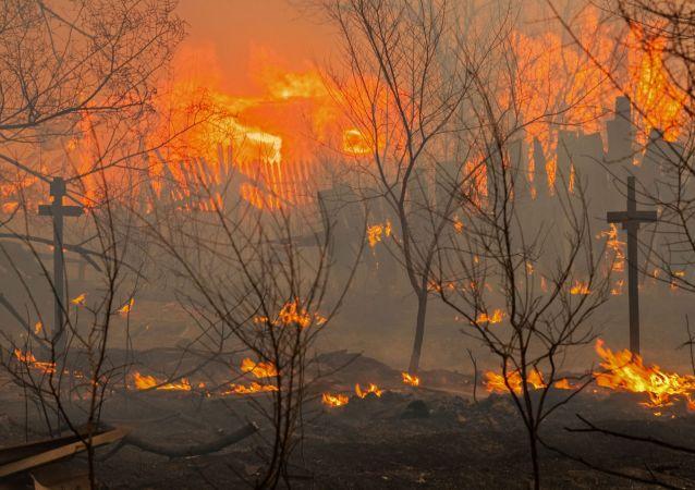 حريق عند أحد أطراف مدينة أباكان في خاكاسيا