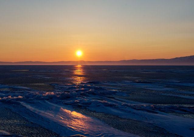 غروب الشمس على بحيرة بايكال