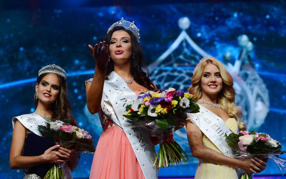 فلاديسلافا يفتوشينكو النائبة الأولى لملكة جمال روسيا صوفيا نيكيتشوك ، وأناستسيا نايدينوفا النائبة الثانية للملكة