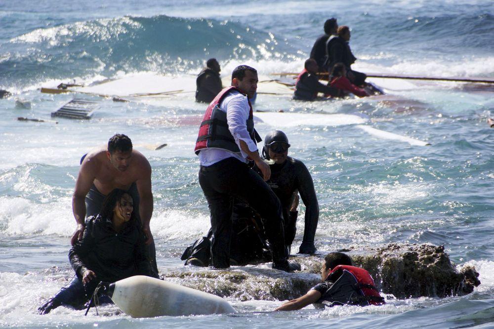 أفراد من حرس السواحل اليوناني يحاولون إنقاذ  المهاجرين الذين حاولوا  الإبحار إلى اليونان، بالقرب من  جزيرة رودس